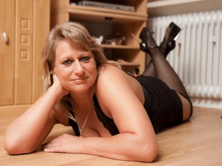 nackt vorführen hausfrau masturbiert